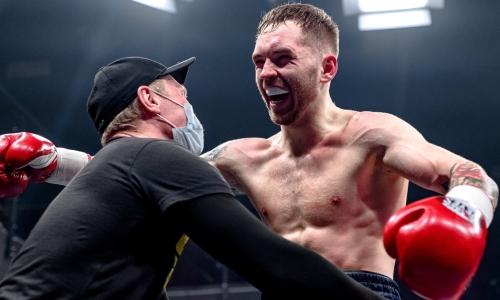 «Момента не упущу». Казахстанский боксер рассказал, как дважды встал после нокдаунов и нокаутировал россиянина у него на родине