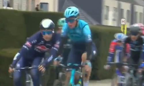 Казахстанца из «Астаны» толкнули и дисквалифицировали на «Туре Фландрии». Он шел в лидерах