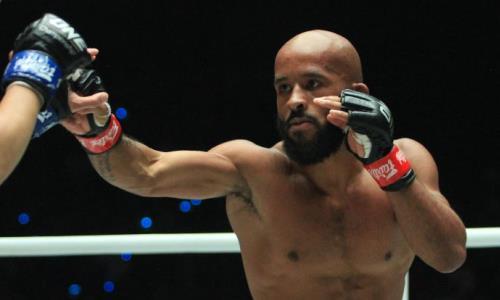 Легенду UFC серией тяжелых ударов нокаутировали в титульном бою. Видео