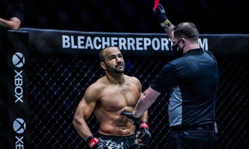 Экс-чемпион UFC и Bellator потерпел неожиданное поражение дисквалификацией. Видео