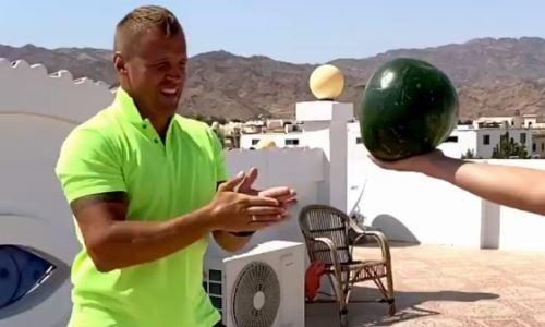 Чемпион мира мощной «плюхой» разбил арбуз. Видео