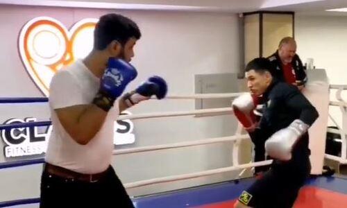 Жанкош Тураров вернулся после коронавируса на ринг и «понапропускал» в голову от известного блогера. Видео