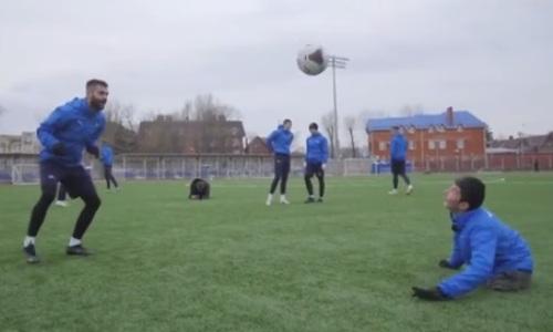 «Матч ТВ» показал сюжет с тренировки особенного казахстанца в российском футбольном клубе. Видео