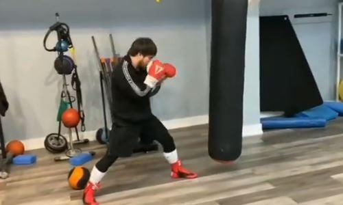 Казахстанский боксер продемонстрировал молниеносные комбинации ударов на тренировке. Видео