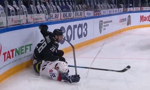 Экс-лидер «Барыса» отправил соперника в глубокий нокаут и вошел в ТОП-5 силовых приемов сезона в КХЛ. Видео