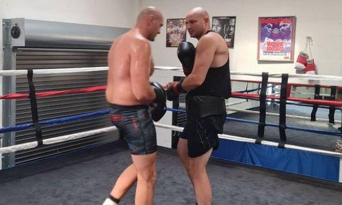 Стопроцентный нокаутер из Казахстана вышел в ринг с Тайсоном Фьюри. Видео