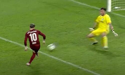 Экс-футболист клубов КПЛ в упор разобрался с вратарем и продолжил тянуть европейскую команду к чемпионству. Видео