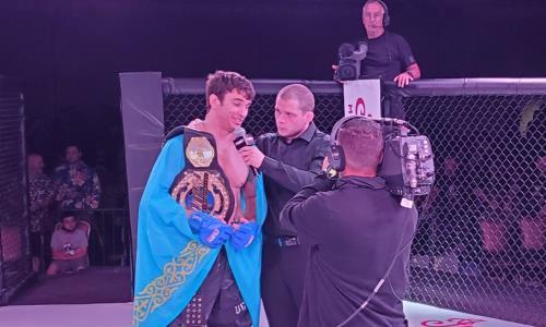 Казахстанец за две минуты нокаутировал экс-бойца UFC и забрал чемпионский титул на глазах Даны Уайта. Видео