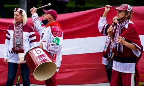 Болельщики сборной Латвии принесли цветы к посольству Канады перед матчем с Казахстаном