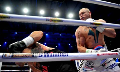 Непобежденный тяжеловес встал после нокдауна и выиграл нокаутом в первом раунде бой за титул WBC. Видео