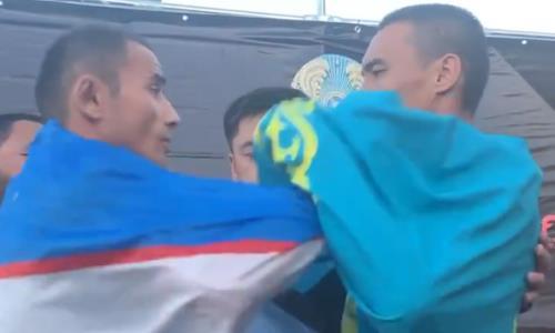 Казахстанский боец и файтер из Узбекистана устроили стычку на дуэли взглядов. Видео
