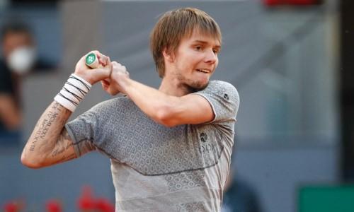 Казахстанский теннисист выполнил эффектную подачу с руки между ног. Видео