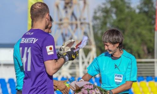 Первой женщине, обслужившей матч Премьер-Лиги в роли главного арбитра, подарили перед матчем цветы