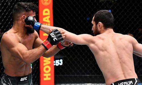 «Морозов вчистую забрал всю борьбу». Российский комментатор разобрал первую победу казахстанца в UFC