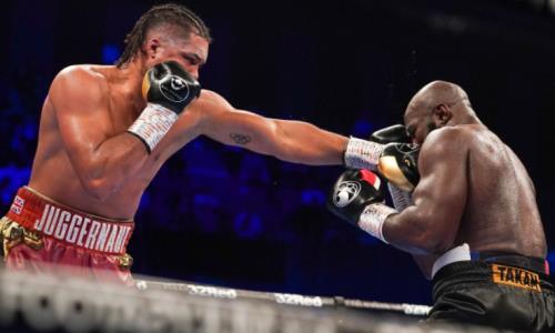 Бывший партнер Головкина по залу нокаутом защитил титулы WBC и WBO в главном бою вечера. Видео