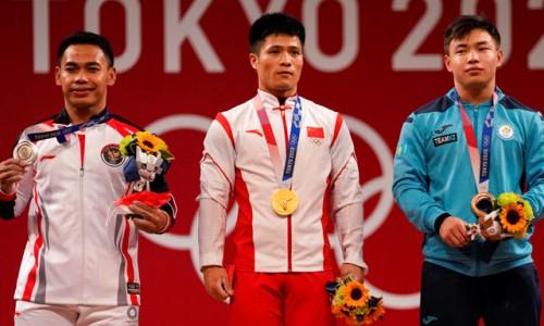 Опередивший казахстанского призера игр в Токио китайский тяжелоатлет установил два олимпийских рекорда