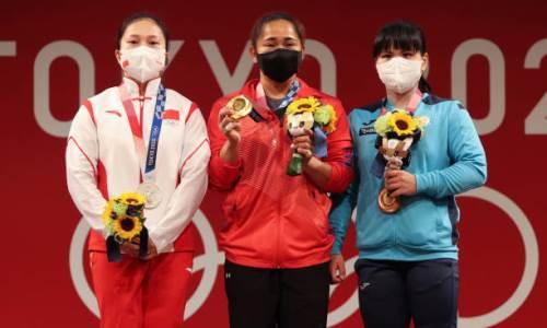Видео награждения казахстанской тяжелоатлетки Чиншанло бронзовой медалью Олимпиады-2020