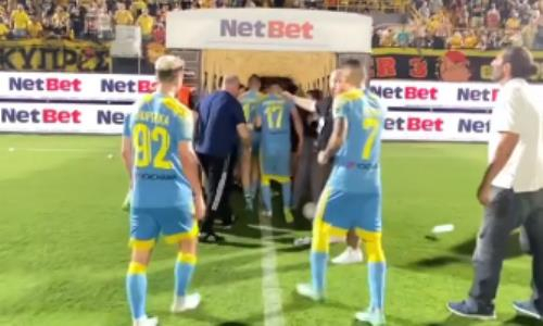 «Вот так играют за родину». Футболистов «Астаны» забросали бутылками за эмоциональное празднование. Видео