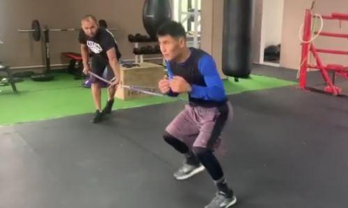 Непобежденный казахстанский боксер продолжает подготовку к первому бою за четыре года. Видео