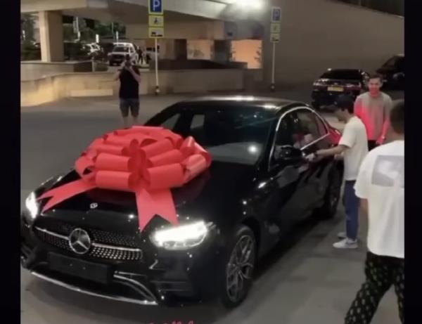 Вернувшемуся в Казахстан призеру Олимпиады-2020 в аэропорту подарили авто. Фото