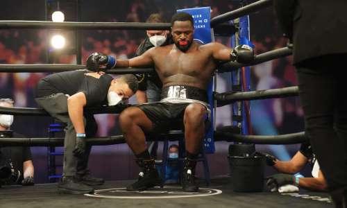Непобежденного супертяжа сенсационно нокаутировали в главном бою вечера бокса в США. Видео