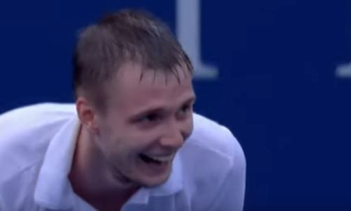 Курьезный случай произошел во время матча казахстанского теннисиста. Его сбили мячом с ног. Видео