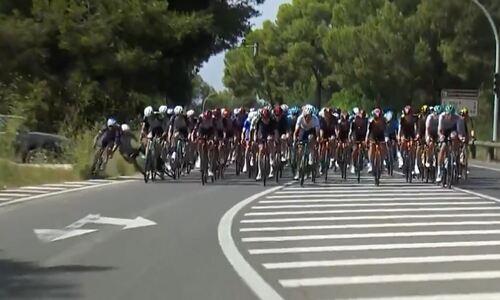Казахстанский велогонщик жестко упал на шестом этапе «Вуэльты Испании». Видео
