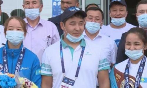 Призёры чемпионата мира по борьбе среди юниоров вернулись в Туркестан