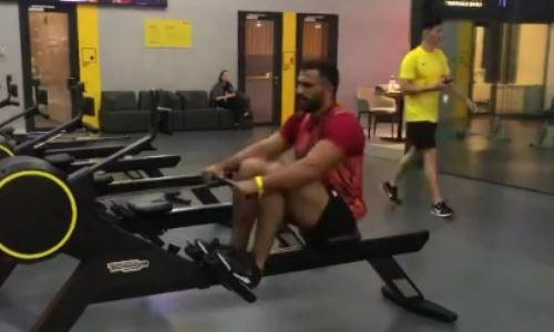 Казахстанский тяжеловес возобновил тренировки после срыва боя. Видео