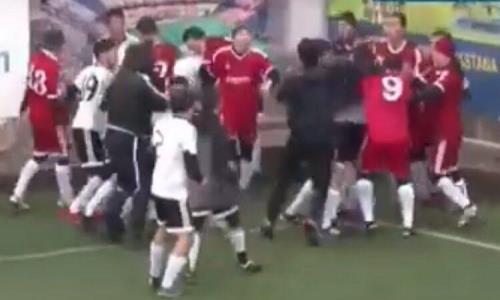 Футболисты устроили дикую массовую драку прямо во время матча в Нур-Султане. Игрок потерял сознание. Видео