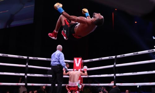 Бой обидчиков казахстанского боксера завершился нокаутом после удара по печени. Видео