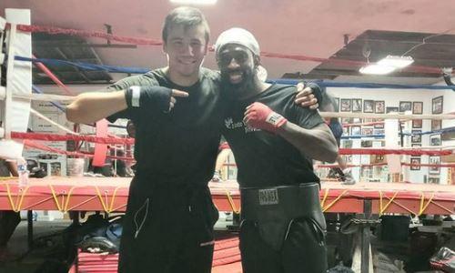 Казахстанский боксер провел тренировку в бронежилете. Видео