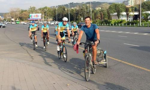 Велосипедист из Франции преодолел девять тысяч километров и финишировал в Алматы