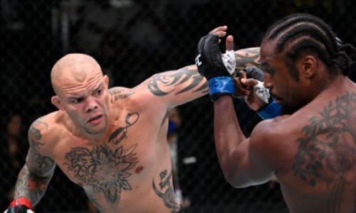 Главный бой турнира UFC завершился досрочно в первом раунде после брутального приема. Видео
