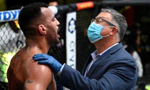 Бойцу выбили зубы в соглавном поединке UFC. Фото