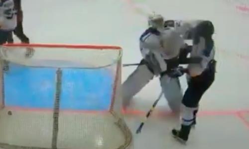 В чемпионате Казахстана голкипер жестко ударил своего одноклубника после пропущенного гола. Видео