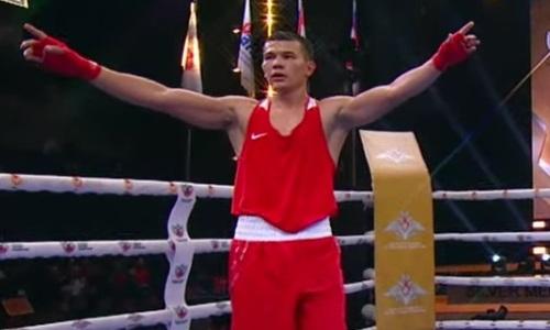 Казахстанский боксер в пафосной позе отпраздновал «золото» на ЧМ-2021. Видео