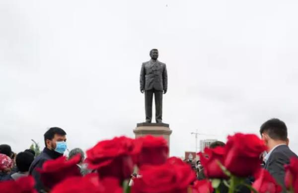 Памятник олимпийскому чемпиону Жаксылыку Ушкемпирову открыли в Нур-Султане. Фото