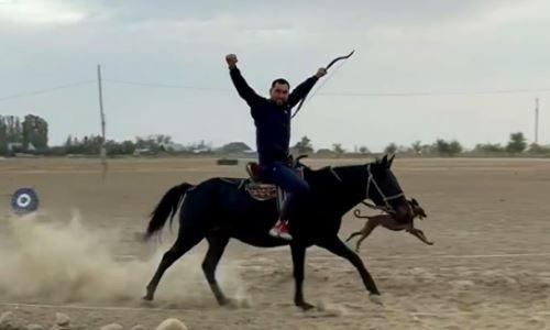 Казахстанский боксер метко выстрелил из лука с лошади на полном ходу. Видео