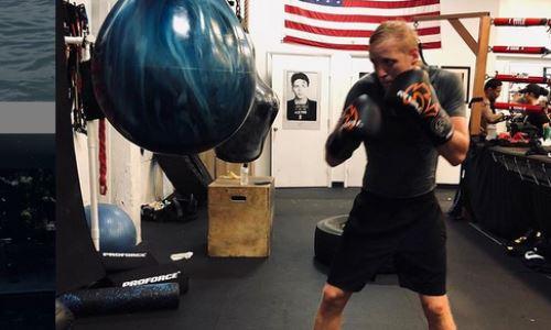 Казахстанский боксер продемонстрировал отработку комбинаций и силовых ударов. Видео