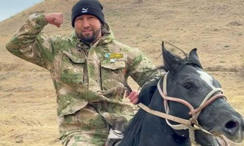 Айдос Ербосынулы без рук проскакал верхом на лошади. Видео
