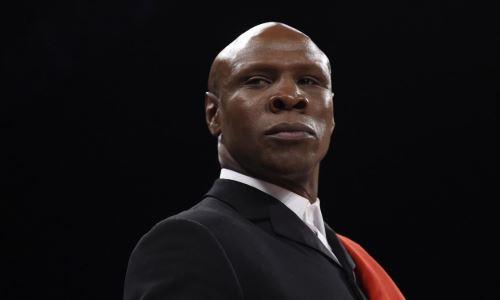 У легендарного боксера украли сумку с шоколадом на выходе из банка