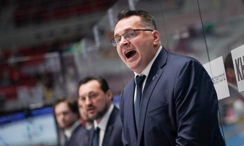 Экс-тренер «Барыса» «запугивает» российских хоккеистов перед матчем в КХЛ необычным предметом. Фото